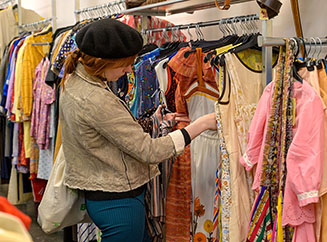 Buying secondhand clothes avoids the annual consumption of millions of new garments in Spain-img1